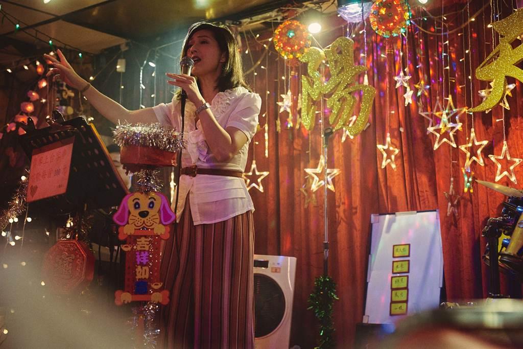 楊千嬅片中為守候郭富城,在歌廳一唱就是十年。(華映娛樂提供)