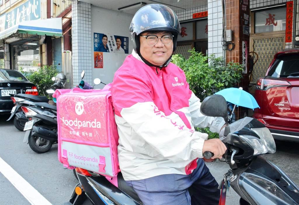 屏東市民代表傅建雄兼差當起外送員,用行動感受新興行業的酸甜苦辣。(林和生攝)