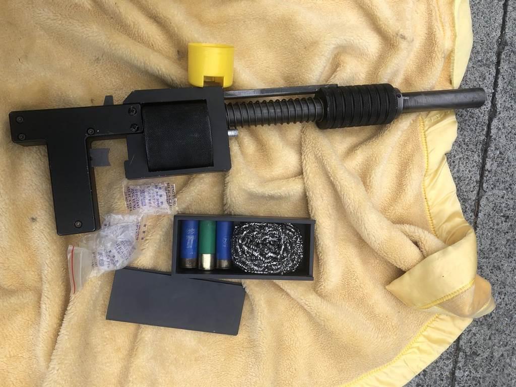 警方在同行謝姓友人手提包內,搜獲霰彈槍1枝、子彈3顆。(翻攝照片/陳彩玲基隆傳真)