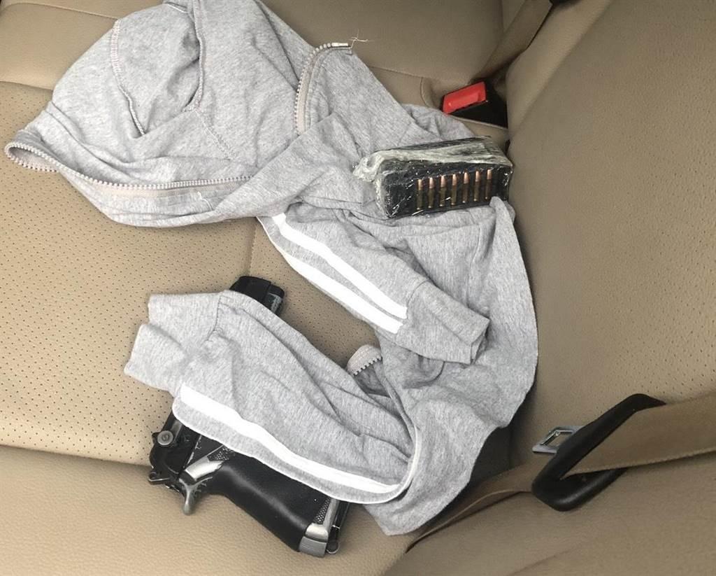 員警上前盤查,當場目視1枝手槍及子彈44顆放置於駕駛座後方的乘客座位上。(翻攝照片/陳彩玲基隆傳真)