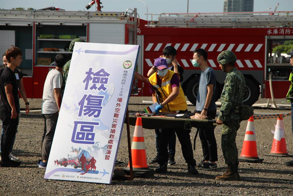 軍方與消防協力進行檢傷分級後送。(黃婉婷攝)