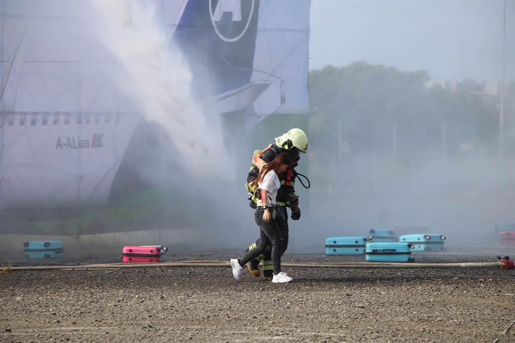 救災人員協助攙扶傷患離開班機。(黃婉婷攝)