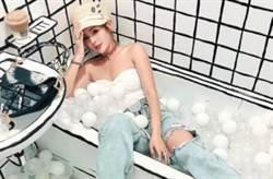 鮪魚秀酥胸躺浴缸 大腿挖洞透出好身材