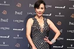 劉嘉玲低胸洋裝辣洩豪乳 54歲真實狀態艷壓小9歲的她