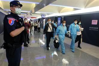 289名越南移工遣返 登機時邀移民官來越南玩