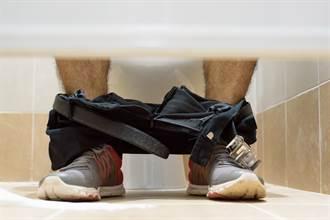 2男廁所扭打撞門激戰 金髮男坐搖滾區大便尷尬掩面