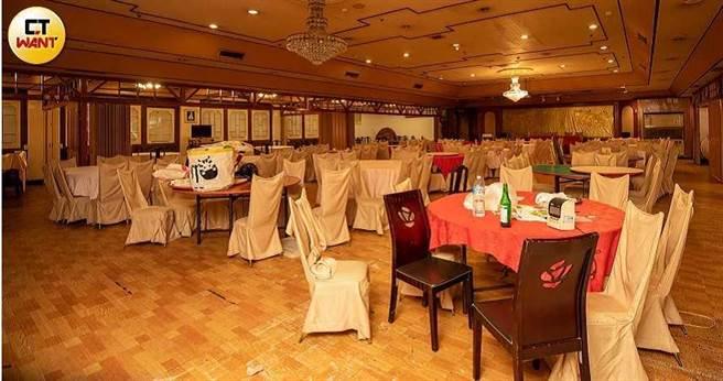 有30年歷史的江浙菜海鮮餐廳黃鶴樓,業者因為疫情經營不善,餐廳內部只剩下殘破不堪的桌椅器具。(圖/宋岱融攝)