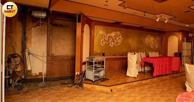 謝姓女代書控訴,現在的黃鶴樓就像被炸彈轟炸過一般的凌亂,裡面值錢的設備,全都被搬空。(圖/宋岱融攝)