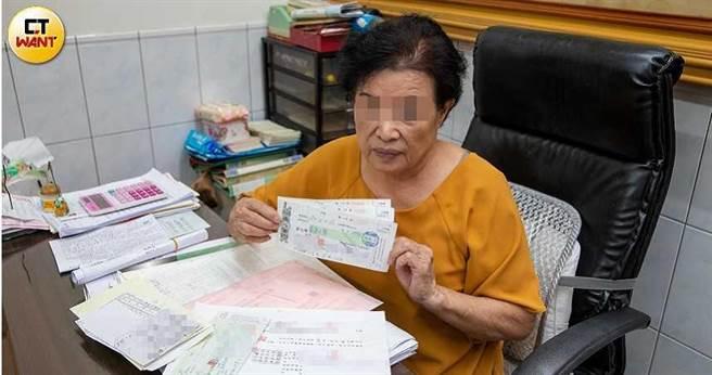 從事代書的謝小姐指控黃鶴樓前老闆錢瑞安,只要缺錢,就拿本票換支票,簡直把她當提款機。(圖/宋岱融攝)