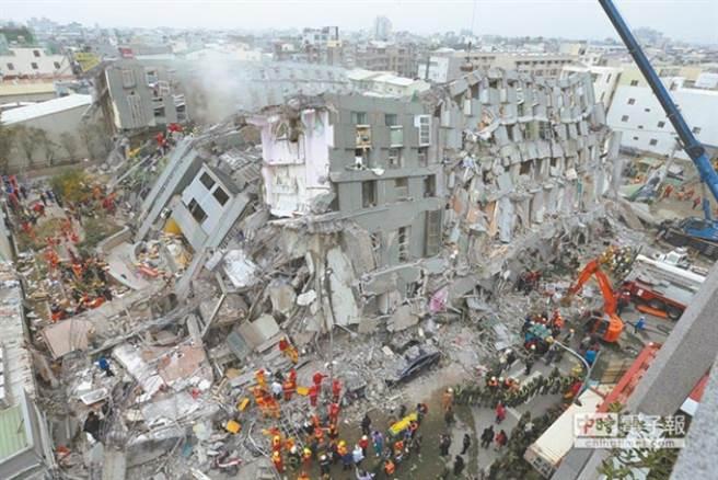 921大地震今(21)日滿21周年,行政院將每年9月21日訂為「國家防災日」,中央氣象局上午9時21分透過「災防告警訊息服務(CBS)」在全台發布「地震速報測試」。圖為2016年台南地震維冠金龍大樓倒塌照。(本報資料照)