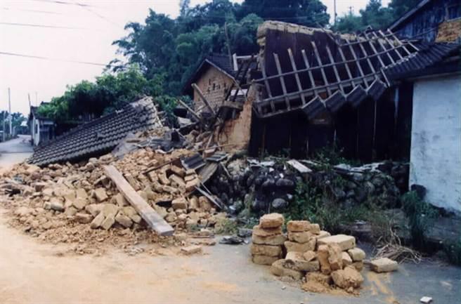 921集集大地震當年造成石岡、新社、東勢等地區死傷慘重,許多人被傳統的建築土埆厝,因倒塌致死。(圖/中時資料照)