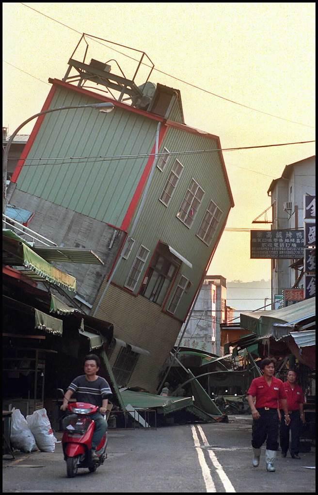 921強震浩劫後的東勢鎮俯拾皆是斷垣殘壁,原本美麗的山城彷如戰後殘破不堪。(圖/中時資料照)