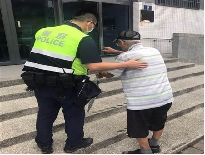 員警熱心將90多歲的陳姓老翁帶回派出所。(台中市太平警分局提供/馮惠宜台中傳真)