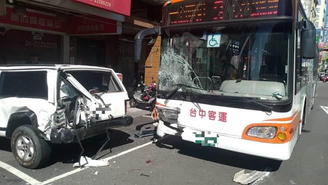 公車追撞吉普車,車頭毀損和擋風玻璃破裂。(台中市第三分局提供/馮惠宜台中傳真)