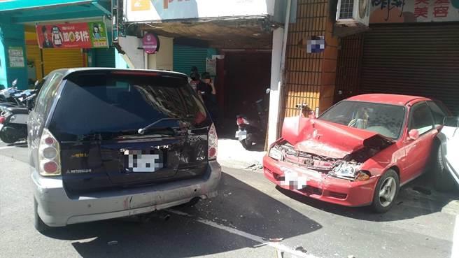 吉普車被公車撞上後往前推撞再撞上路旁停車格內兩輛自小客。(台中市第三分局提供/馮惠宜台中傳真)