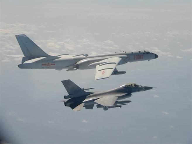 大陸機貼著海峽中線進行訓練,一度違規穿過海峽中線。圖為示意圖。(國防部提供)