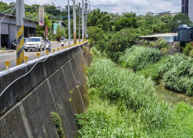 寶山鄉長邱坤桶指環北路拓寬改善計畫,配合二河局客雅溪整治工程,才能達到確保交通暢通與河防安全兼顧的成效。(羅浚濱攝)