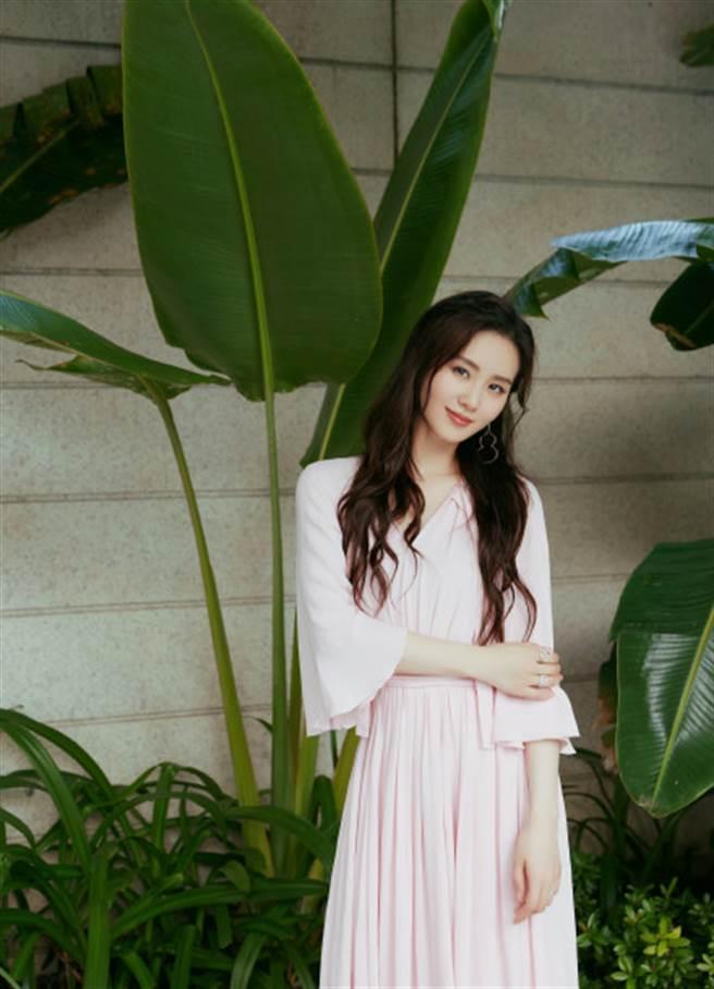 劉詩詩穿上深V粉色長裙露纖腰,S曲線美成一幅畫。(圖/摘自微博@诗诗的小板报)