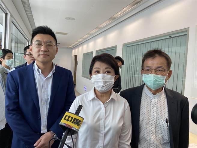 國民黨主席江啟臣(左起)、台中市長盧秀燕21日中午與國民黨19名立委舉行便當會。(盧金足攝)