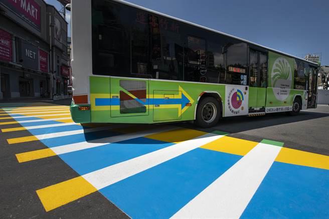 新竹市「行人穿越道線」近日悄悄從黑白變彩色,黃、藍、綠3色打造的斑馬線,色彩鮮明,視覺能提醒車輛減速也禮讓行人。(陳育賢攝)