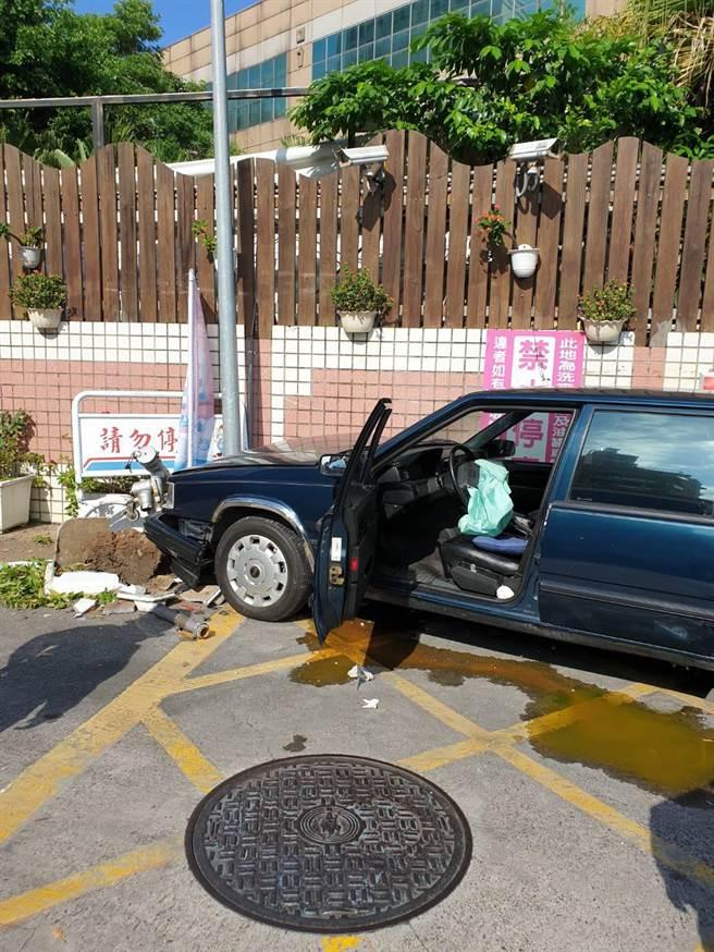 78歲于姓駕駛疑因暴衝撞擊興隆路1段一處加油站輸油孔,所幸駕駛受輕傷並無大礙。(民眾提供/李文正台北傳真)