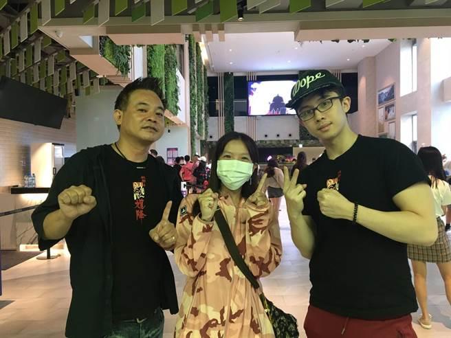 10刷觀眾和監製鄒介中(左)、演員孫安佐(右)合照。(華影國際提供)