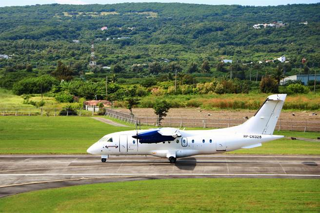 恆春機場國際包機原定6月要啟航卻遇疫情延宕,等待逾3個月後,菲律賓籍中型客機終在21日飛進恆春,雖是空機試飛卻也令觀光業者相當期待。(謝佳潾攝)