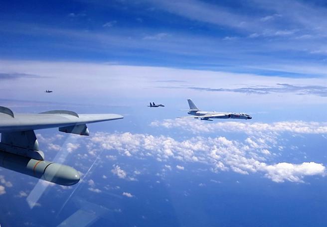 共機近日組織5款37架次戰機巡航台海, 陸媒認為經典陣容還缺殲-20與預警機。(圖/中國軍網)