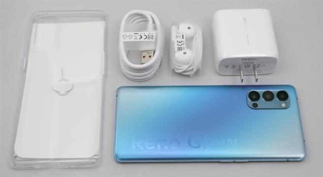 OPPO Reno4 Pro盒附配件。(黃慧雯攝)