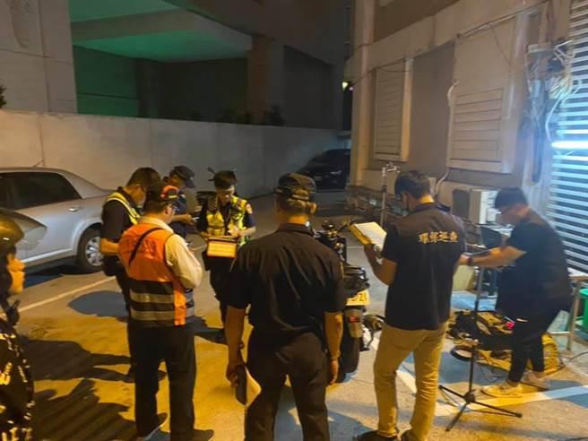 花蓮警分局加強取締改裝車輛,20日晚間共有14輛違規車輛遭罰。(花蓮警分局提供/羅亦晽花蓮傳真)