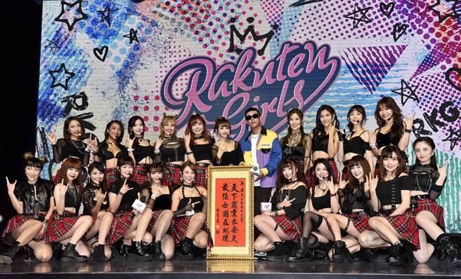 Rakuten Girls第7支單曲 Rock You Everyday全球首發,「玖壹壹」健志(後排右5)獻上祝福。(樂天桃猿提供/廖德修台北傳真)