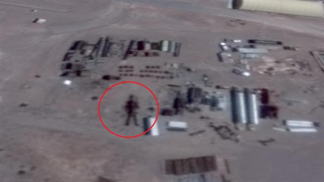 發現51區巨形機器人影像的UFO獵人說,不同時期的圖像中,巨形機器人有不同的位置與姿態。圖為放大後的影像。(圖/谷歌地球)