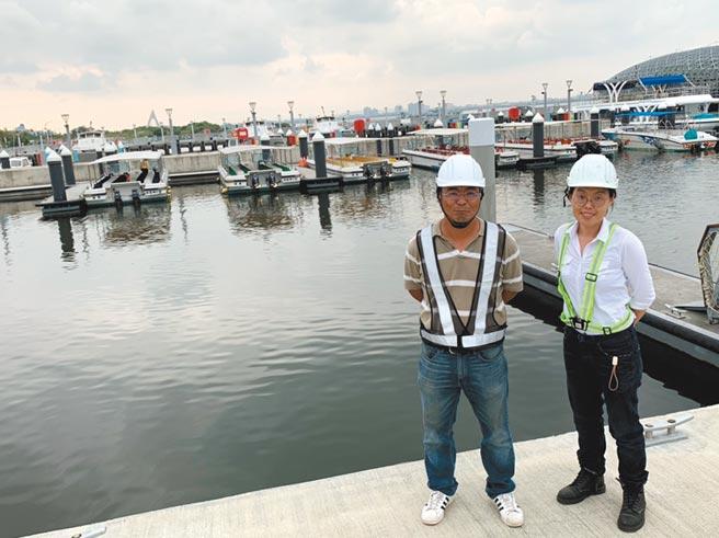 樂鑫開發工程創辦人盧湘凱(右)與凡瑜工程主任林智政(左)於屏東大鵬灣灣濱2號遊艇碼頭。圖/業者提供