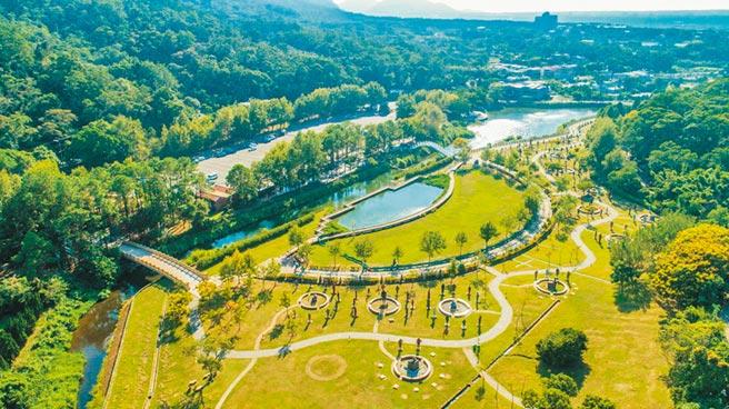 為推廣大溪夜間魅力,桃園市觀旅局首度在慈湖舉辦水舞活動。(觀旅局提供/蔡依珍桃園傳真)