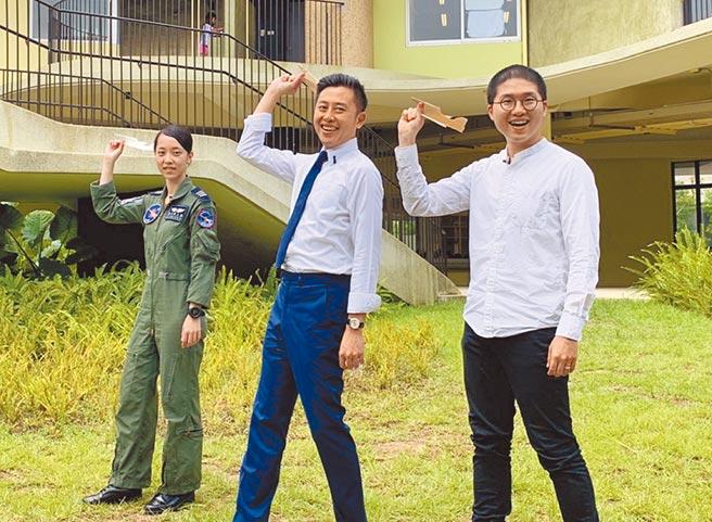 空軍飛官上尉蔣青樺(左起)、新竹市長林智堅、美感細胞創辦人陳慕天,20日一同開箱《如果風看得見》。(陳育賢攝)