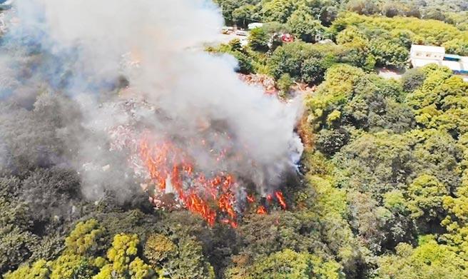 位在绿色山林的阿宝坑垃圾掩埋场,10年内已发生3次大火,这次狂烧5天才控制,地方形容烧得像「地狱谷」,疾呼「復育不能再拖了!」。(彰化县消防局提供/吴敏菁彰化传真)