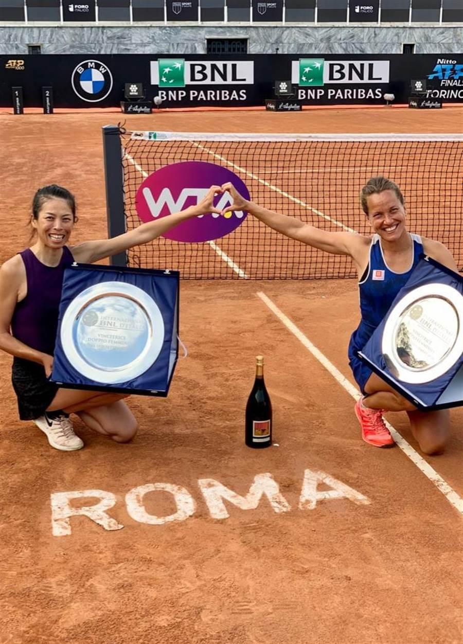謝淑薇(左)和捷克搭檔史崔可娃(右)贏得2020羅馬網球公開賽女雙冠軍。(圖摘自謝淑薇臉書)