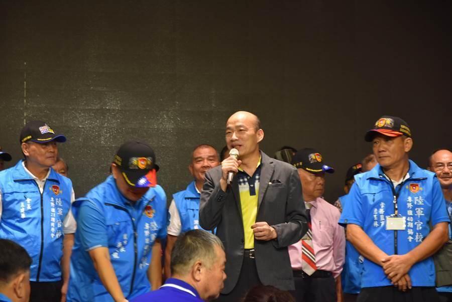 高雄市前市長韓國瑜(左三)19日出席陸軍官校的「2020專修班年會」,受到熱烈歡迎。(莊旻靜攝)