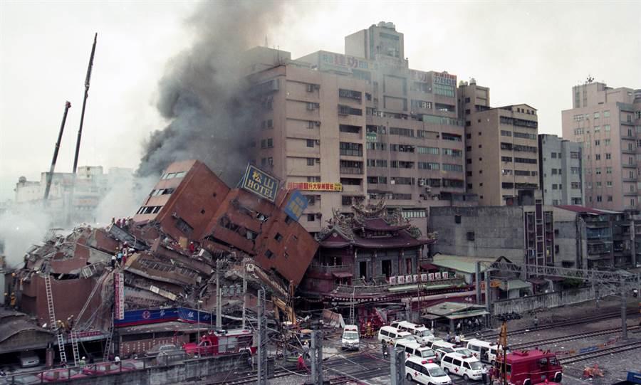 921大地震當時,震毀了位於松山的東星大樓,正當搜救人員及家屬都感到心灰意冷時,卻傳來振奮的消息,受困於瓦礫堆內的孫氏兄弟,6天內靠著爛蘋果及水奇蹟存活,鼓舞當時受災家屬。(圖/中時資料照)