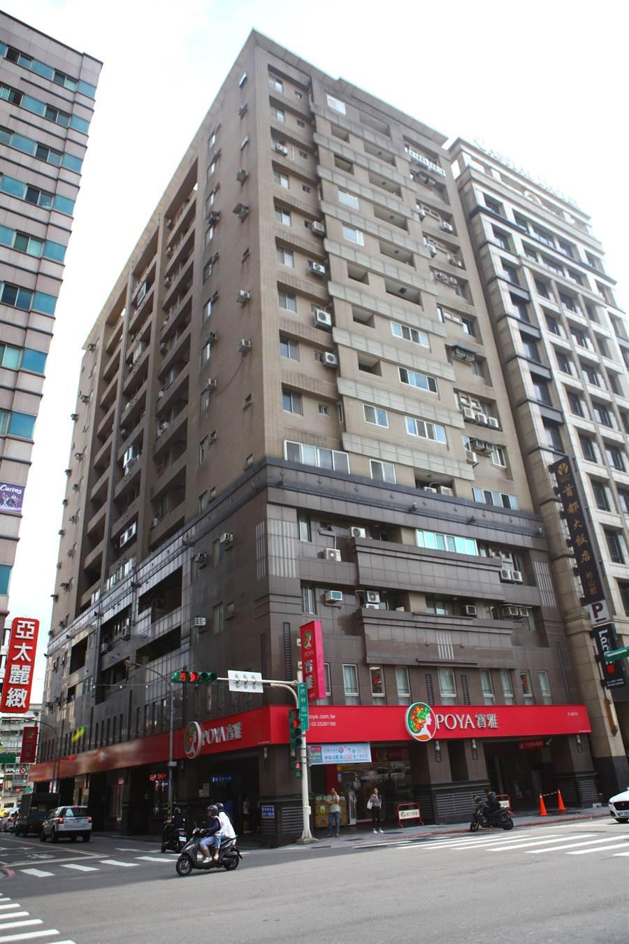 台北市東星大樓原地重建後,1樓進駐寶雅生活用品,人來人往相當熱鬧。(圖/中時資料照)
