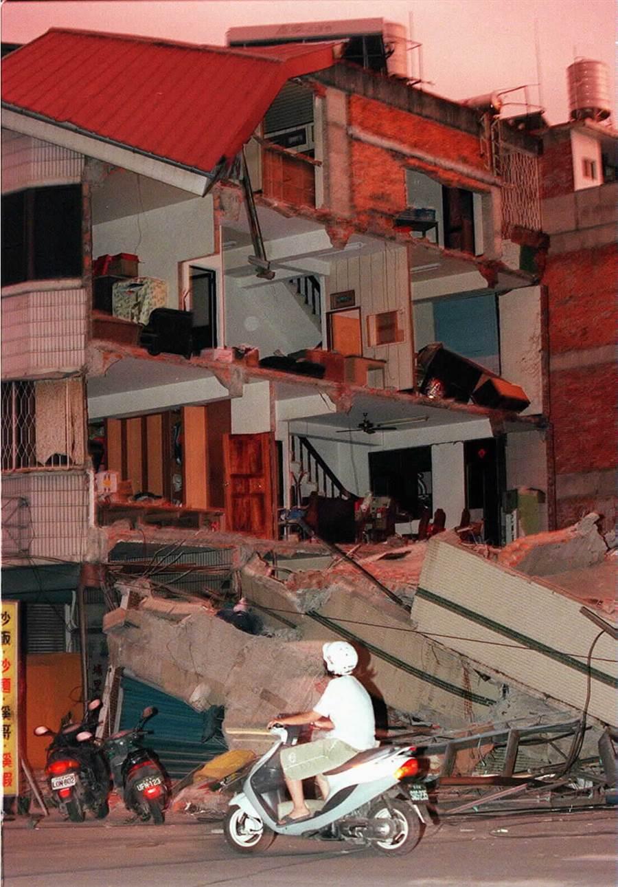 921大地震將房子震成斷垣殘壁。(中時資料照)