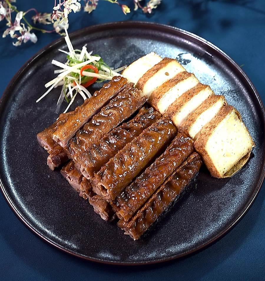 台北喜來登〈辰園〉燒臘主廚楊華廣是帶動〈脆皮叉燒〉在台流行的第一名廚,他作的〈滷水鵝翅拼百頁豆腐〉也入味至極、耐人尋味。(圖/姚舜)