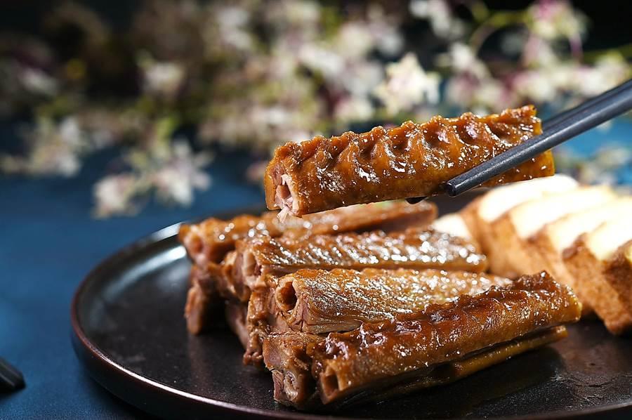 台北喜來登〈辰園〉的〈滷水鵝翅〉,刻意取肉質飽滿的鵝翅中段滷製,且以刀功斬切得整整齊齊呈盤上桌,方便客人取食。(圖/姚舜)