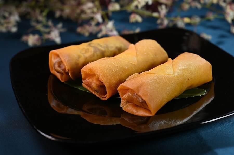 〈鵝絲春捲〉的內餡是將鵝肉絲、筍絲、杏鮑菇絲、紅椒絲與蔥絲一同炒香,再與煸香的紅蔥頭酥拌炒入餡。(圖/姚舜)