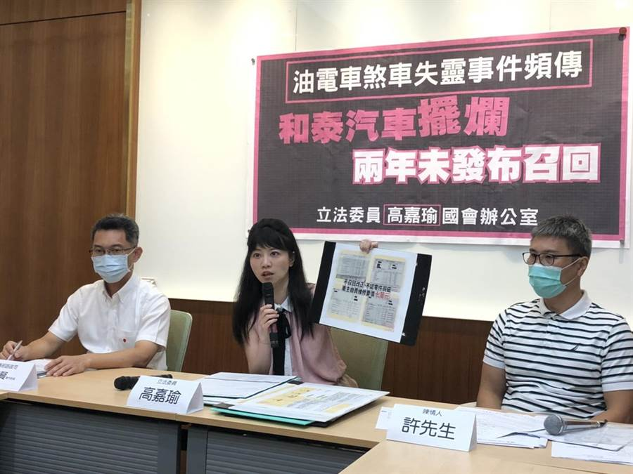 交通部路政司專門委員李昭賢(左)、立委高嘉瑜(中)、陳情人許先生(左)。(高嘉瑜辦公室提供)