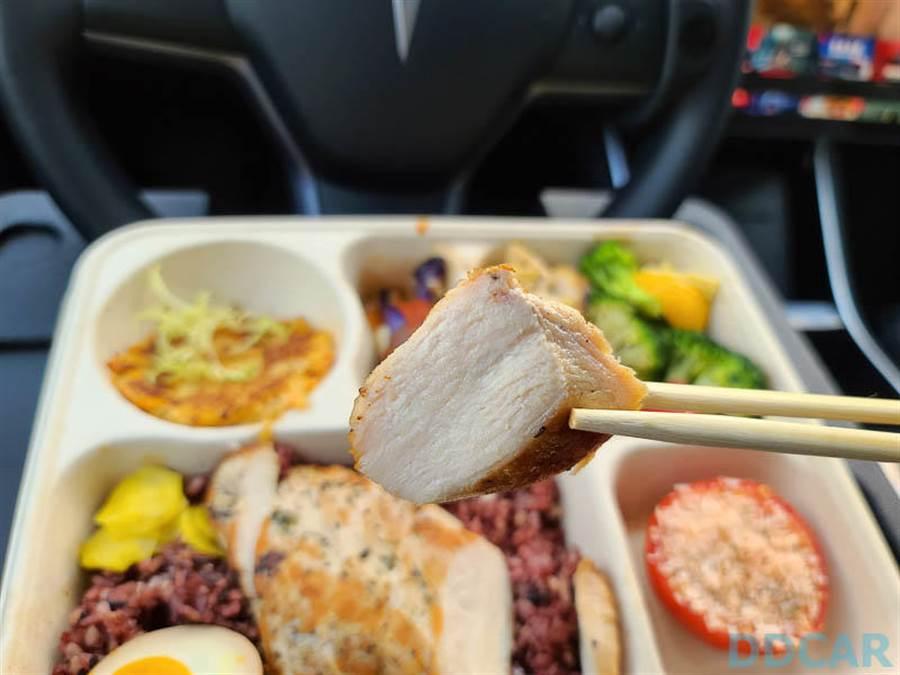 有了托盤協助,吃飯就能騰出雙手,這樣掉飯粒菜屑的機率也會比較小一點吧?