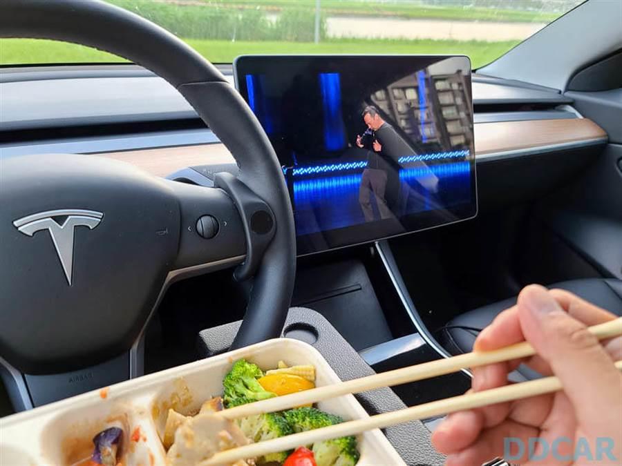 在特斯拉車上的好處,就是不用再費心架手機看片,優雅地打開 Netflix,眼睛一轉、吃飯配電視最對味。