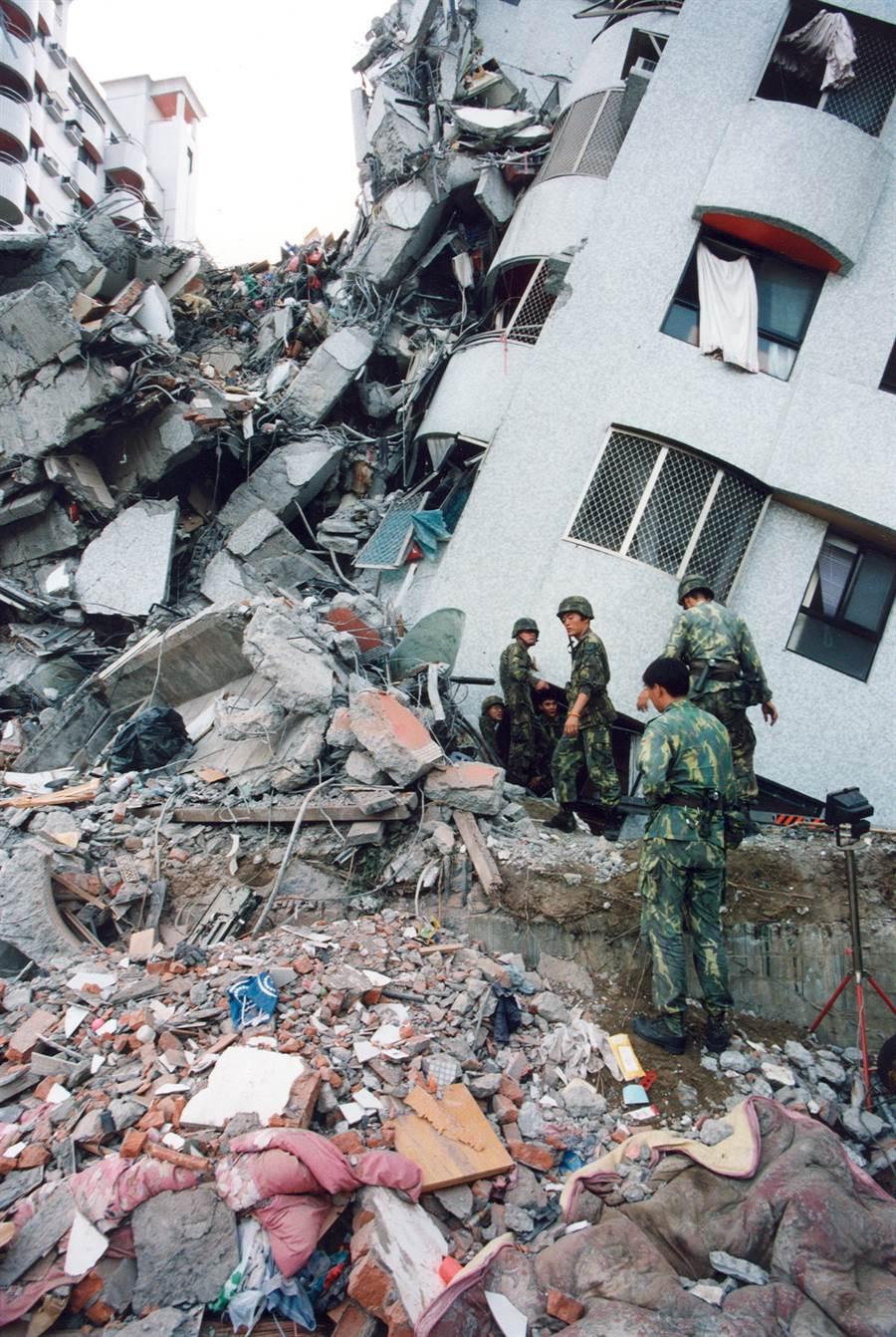 921北市唯一倒塌的東星大樓,造成87人死亡,災情發生後國軍加入搶救行列。(圖/中時資料照)