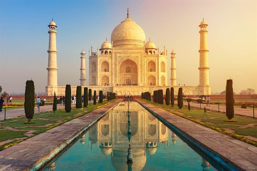睽違6個月,印度泰姬瑪哈陵(Taj Mahal)終於在21日重新對外開放,令人驚喜的是,今天第一位入園的遊客竟然來自台灣,是一位居住在印度的台灣人。(資料照/shtterstock)
