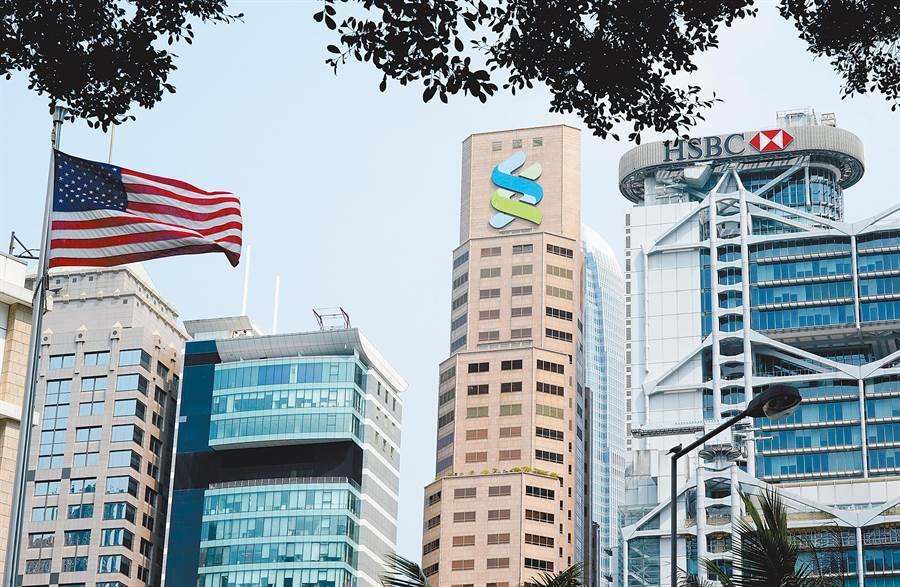 匯豐利空頻傳,引發港股投資人疑慮。圖中最右方建築為香港匯豐控股總部。中新社資料照片